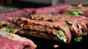 在开火烤的肉,烤肉,猪肉,小牛肉,鸡,在火,厨师的肉卷准备在火的肉 影视素材
