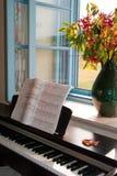 在开窗口的钢琴 免版税库存照片