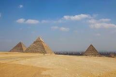 在开罗背景的金字塔  埃及 免版税库存图片