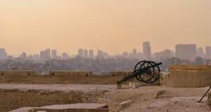 在开罗,埃及城堡的屋顶的古老大炮  图库摄影