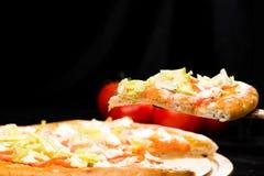 在开胃意大利薄饼切的片断的选择聚焦与 免版税库存图片