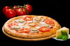在开胃意大利薄饼的选择聚焦用火腿,乳酪, sl 图库摄影