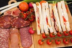在开胃菜旁边的可口三明治 免版税图库摄影