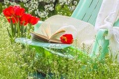 在开花的庭院里放松在一个春日 库存照片