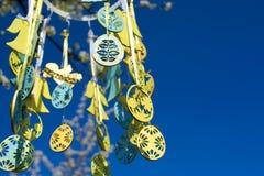 在开花的树的复活节玩具 免版税库存照片