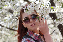 在开花的树附近的女孩在春天 库存照片