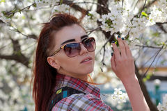 在开花的树附近的女孩 免版税库存图片