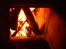 在开阔的壁炉关闭的火照片 免版税库存照片