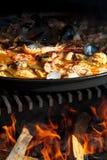 在开阔的壁炉的特写镜头肉菜饭 免版税库存照片