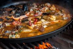 在开阔的壁炉的肉菜饭 库存照片