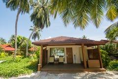 在异乎寻常的海滩的豪华美丽的别墅位于热带海岛 免版税库存照片