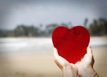 在异乎寻常的沙滩的红色心脏-情人节概念 免版税库存照片