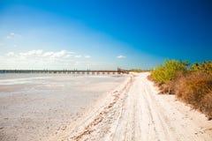 在异乎寻常的海岛上的热带离开的完善的海滩 免版税库存图片