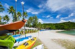 在异乎寻常的海岛的美丽的热带海滩 免版税库存照片