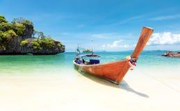 在异乎寻常的海滩的夏日热带海岛 泰国旅游业 免版税库存照片