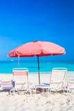 在异乎寻常的热带白色沙滩的海滩睡椅 库存照片