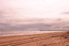 在异常的光采取的澳大利亚海滩场面 免版税库存图片