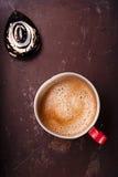 在异常的葡萄酒罐子杯子的咖啡有水晶下落的 库存照片