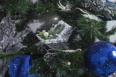 在弄脏的装饰的圣诞树 免版税库存图片