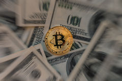在弄脏的金银铜合金Bitcoin美元兑现背景 免版税库存照片