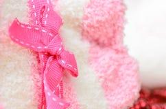 在弓栓的一条桃红色丝带 免版税库存图片