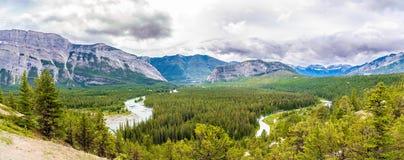 在弓河谷的全景从不祥之物观点在班夫国家公园-加拿大人落矶山的 库存图片