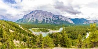 在弓河谷的全景从不祥之物观点的在班夫国家公园-加拿大 库存照片