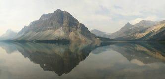 在弓湖反映的山的全景亚伯大,加拿大 免版税库存图片