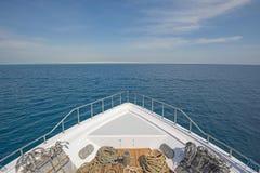 在弓的看法在一条大豪华马达游艇 免版税图库摄影