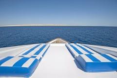 在弓的看法在一条大豪华马达游艇 库存图片