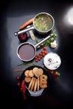 在弓,黄油曲奇饼,碗的蔬菜汤奶油 顶视图 免版税图库摄影