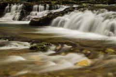 在弗吉尼亚,美国山的瀑布  免版税库存照片