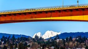在弗拉塞尔河的使命桥梁在Abbotsford和使命之间的高速公路的11与积雪的登上Robie雷德 免版税库存图片