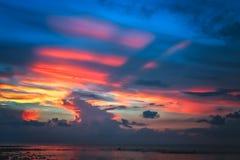 在弗洛勒斯海岸线的五颜六色的热带日落 库存照片