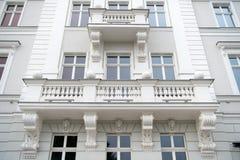在弗罗茨瓦夫,波兰安置与窗口,阳台的门面 免版税库存照片