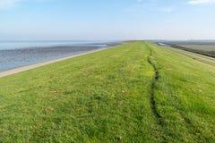 在弗里斯兰省人开拓地和北海,荷兰之间的海堤堰 库存照片