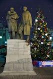 在张伯伦车道的纪念碑在圣诞树背景在晚上,莫斯科,俄罗斯 免版税库存照片