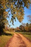 在弯四处走动的石渣道路 免版税图库摄影
