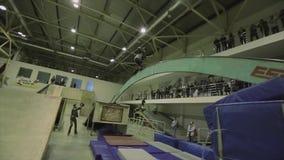 在弯曲的曲拱的四轮溜冰者研磨在跳板之间 失去平衡,失败 在skatepark的竞争 影视素材