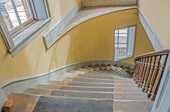 在弯曲的楼梯下 免版税库存图片