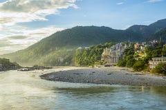 在弯曲的河上的美丽的明亮的山森林 免版税库存照片