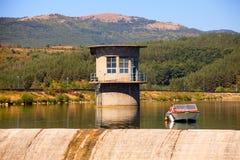 在弯曲的湖附近的小船 免版税库存图片