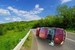 在弯曲的路的车祸 库存照片