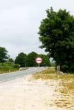 在弯曲道路一边的交通标志 库存照片