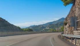 在弯-在西班牙沿海高速公路的阳光附近 山麓小丘和山脉在大陆欧洲边缘在西班牙 库存图片