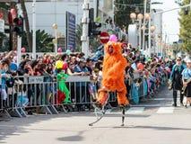 在弹簧的套头衫,穿戴在神仙的服装参加Adloyada狂欢节在纳哈里亚,以色列 库存图片