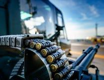 在弹药的子弹围绕附有开枪o直升机 库存照片