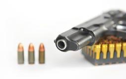 在弹药筒背景的枪  库存图片