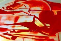 在强光桌上的颜色红色丙烯酸漆 在桌上的调色板 艺术家生活 免版税图库摄影