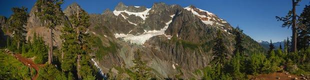 在强加的登上Shuksan的脚的刻替斯冰川 免版税库存照片